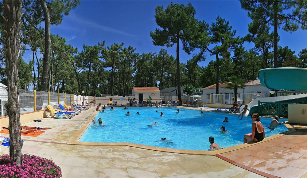 Piscine chauffée du Camping La Siesta, camping 4 étoiles avec espace aquatique, location emplacements, mobil homes, chalets, appartements, vente de mobil homes à La Faute sur Mer en Vendée
